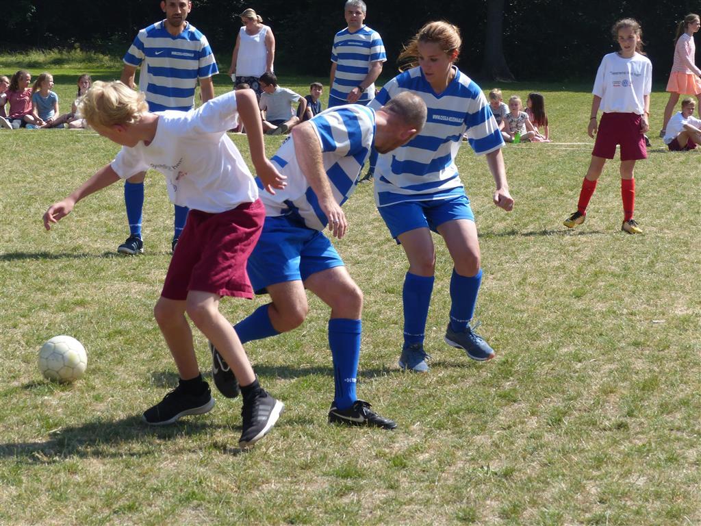 6de lj. voetbalt tegen leerkrachten