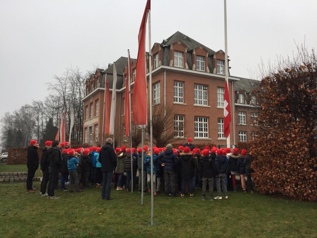 6de lj. hijst Zwitserse vlag